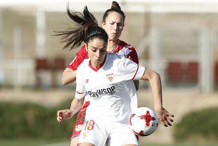 Martina Piemonte intenta controlar el balón.
