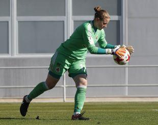 Mariasun detiene un balón en la primera mitad del partido
