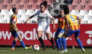 El Sevilla disputa un balón en el choque frente al Valencia