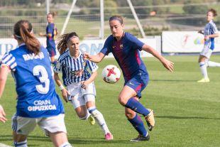 Alexia Putellas se hace con el balón.