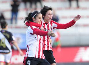 Yulema y Erika celebran uno de los tres goles del Athletic ante el Rayo.