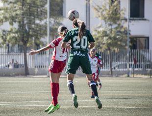 Rocío despeja la pelota ante una rival.