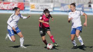 Miriam Rodríguez 'Kuki' ante dos rivales del Zaragoza.