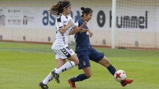 Ayaki y Alba en una disputa por el balón.