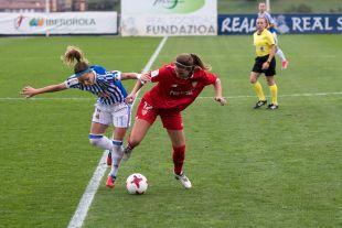 Zornoza y Jenni Morilla se disputan la pelota.