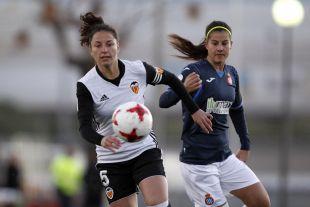 Ivana y Eli del Estal pugnan por un balón durante el VCF Femenino - Espanyol.