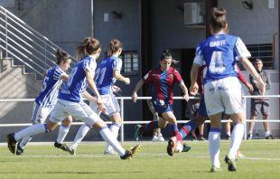 Lucía Gómez intenta avanzar entre la defensa de la Real Sociedad