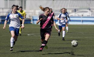 Bea Torija se lleva el balón ante su rival.