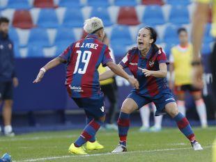 María José y Alharilla celebran uno de los dos tantos del Levante en el derbi valenciano.