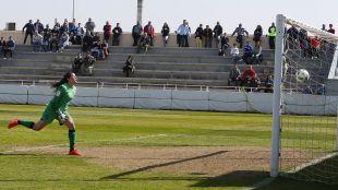Noelia Bermúdez no puede evitar el tanto del F. Albacete.