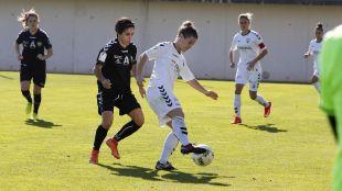 Maria Arranz protegiendo la pelota.