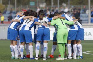 Las jugadoras del Espanyol hacen piña antes del comienzo del partido.