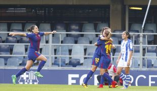Ruth García, Patri Guijarro y Bárbara Latorre celebran un gol del FC Barcelona - Sporting Huelva.