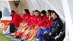 Las jugadoras del Santa Teresa siguen muy atentas el Albacete-Santa Teresa.