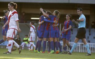 El FC Barcelona celebra uno de los tres tantos que anotó ante el Rayo Vallecano