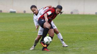 Cristina Martín-Prieto, autora del tercer tanto del Sporting, protege la pelota.