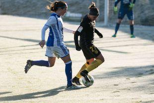 Marta Corredera protege el balón.
