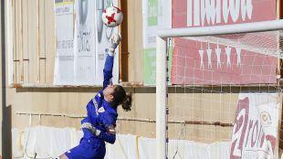 Ainhoa Tirapu salvando una ocasión del F. Albacete.