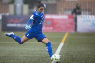 Mainguy, la portera del Santa Teresa, saca de puerta en el partido que enfrentó a su equipo ante el At. Madrid Femenino.