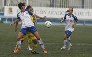 Monforte protege el balón ante su rival.