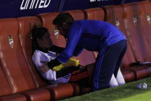 Gio, del VCF Femenino, desconsolada tras la derrota de su equipo en el Ciutat de València.