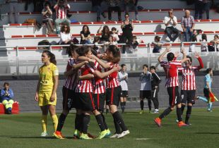 Las jugadoras del Athletic celebran el tanto de la victoria ante el Santa Teresa CD.