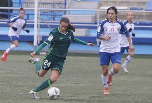 Rosita protege la pelota ante Monforte.