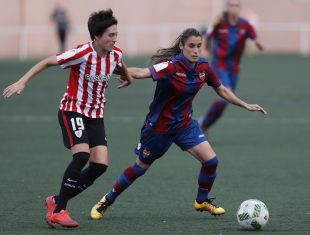 Disputa del balón entre Erika Vázquez y Daniela Montoya.