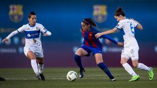 Olga García intenta zafarse de dos rivales.