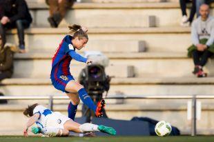 Bárbara Latorre dispara a puerta ante la oposición de una futbolista del Granadilla Egatesa.