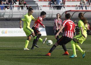 Athletic y R. Betis Féminas, durante un lance del partido