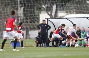 El banquillo del VCF Femenino observa la subida por la banda de sus jugadoras