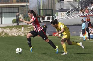 Yulema Corres conduce el balón durante el Athletic - Santa Teresa CD.