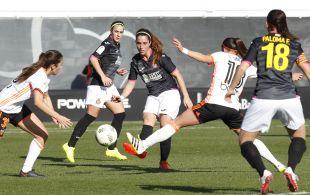 Cristina Baudet despeja ante dos rivales.