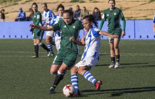 Irene Guerrero defendiendo la pelota.