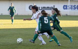 Alba se lleva la pelota ante dos rivales.