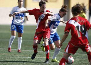 Natalia Pablos lucha con una rival por el balón.