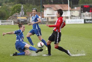 Estibaliz intenta arrebatarle el balón a Erika durante el Athletic - Oiartzun KE.
