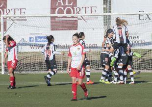 Las futbolistas del Levante celebran uno de los tres tantos que le dieron la victoria ante el Santa Teresa.