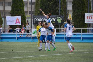 Las jugadoras del T. Alcaine ZGZ celebran el gol ante el Santa Teresa CD.