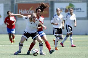 Joyce protege el balón ante la presencia de una jugadora del Collerense.