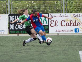 Charlyn Corral intenta disparar a puerta ante la presencia de una jugadora del Oviedo Moderno.