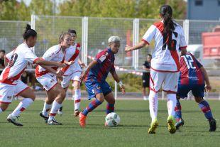 María José, la goleadora del partido, rodeada de contrarias del Rayo.