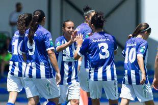 Las jugadoras del Sporting Huelva celebran el tanto del triunfo ante el Santa Teresa CD.