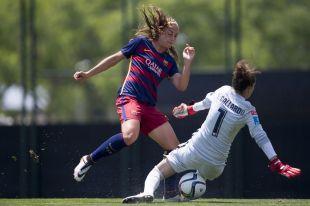 Alexia Putellas intenta batir a Lola Gallardo en el partido entre el FC Barcelona y el At. Madrid Féminas.