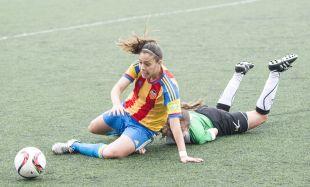 Una jugada del partido entre el Oviedo Moderno y el VCF Femenino.