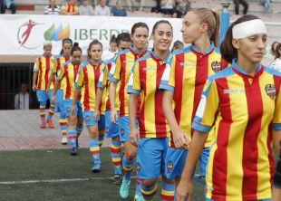 Las jugadoras del Levante Femenino instantes antes de saltar al terreno de juego.