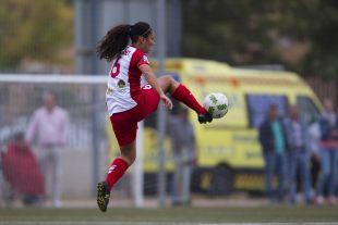 Nayadet controla el balón en el partido entre el Santa Teresa y el Athletic.