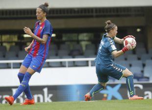 Patricia Larqué atrapa el balón ante la presencia de Jenni Hermoso.