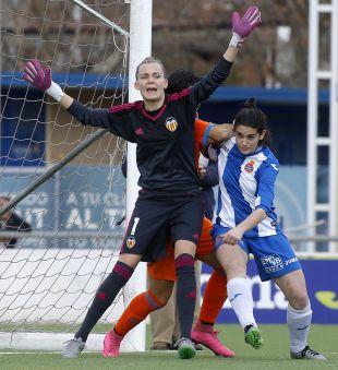 Esther Sullastres, durante una acción del partido entre el Espanyol y el VCF Femenino.